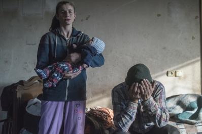 Leaving Home in Nagorno-Karabakh © Valery Melnikov, Russia, Sputnik Azat Gevorkyan e sua moglie Anaik fotografati prima di lasciare la loro casa a Lachin, il 28 novembre. Molti armeni hanno lasciato le aree che dovevano tornare sotto il controllo azero dopo la seconda guerra del Nagorno-Karabakh. Il distretto di Lachin è stato l'ultimo abbandonato dall'Armenia il 29 novembre. World Press Photo